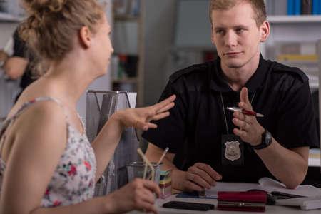 policier: L'officier de police d'interroger la femme au poste de police
