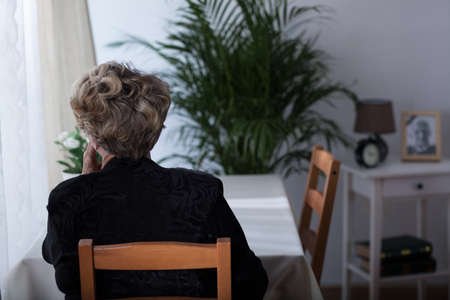 depresión: Deprimido anciana viuda sentado solo en casa