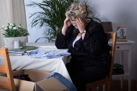 persona deprimida: viuda madura llorando por la pérdida de su marido Foto de archivo