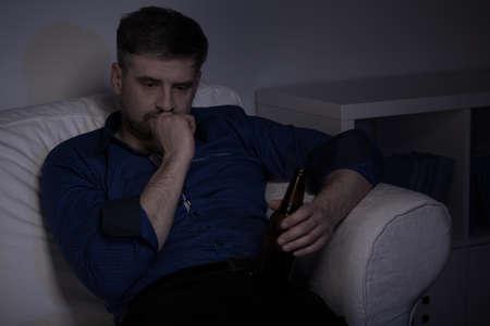 hombre solitario: Deprimido solitaria cerveza hombre bebiendo en casa