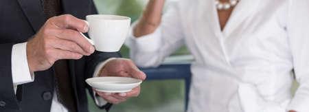 mujer tomando cafe: Hora para el caf� de negocios en la oficina