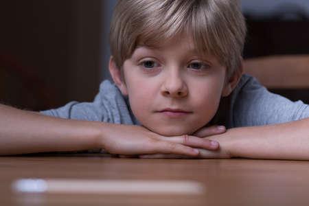Cute blonde Junge, der auf dem Tisch liegen Standard-Bild - 48292397