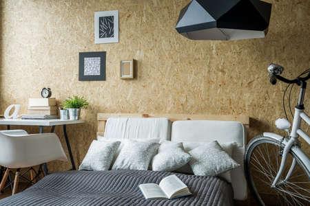 chambre � coucher: Petite chambre avec bureau et branch� v�lo