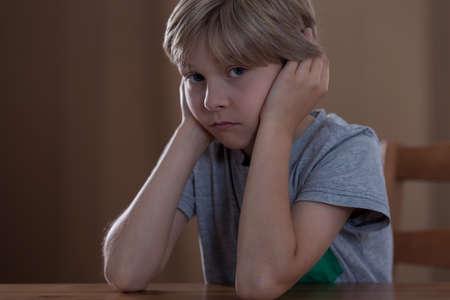 problemas familiares: Imagen de un niño que tiene problemas familiares tristes