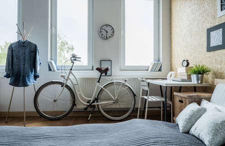 chambre Ã?  coucher: Trendy vélo ville blanche dans la chambre lumineuse Banque d'images