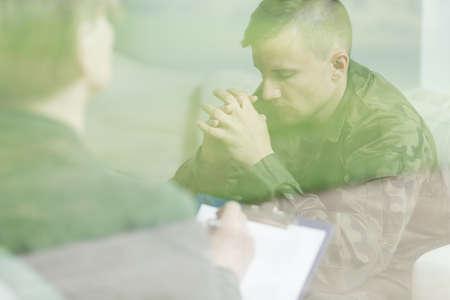 soldado: Imagen de la triste soldado que tiene el apoyo de su terapeuta privado