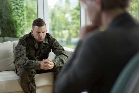 terapia psicologica: Foto de apuesto soldado preocupado durante la sesión de asesoramiento