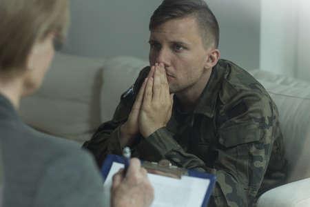 Foto van depressieve soldaat op overleg met psychoanalyticus