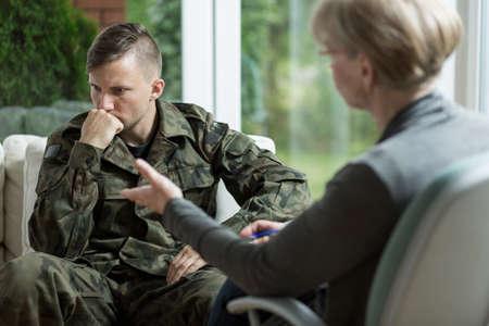 nerveux: Image de mâle en uniforme de l'armée lors de la session psychologique
