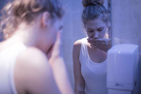 vrouwen: Ongerust gemaakt meisje staande voor spiegel Stockfoto