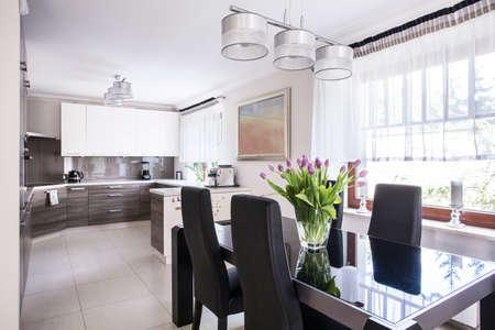 Židle a stůl v jídelně
