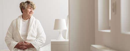 persona sentada: Panorama de la sonrisa del paciente de sexo femenino de la sala geriátrica