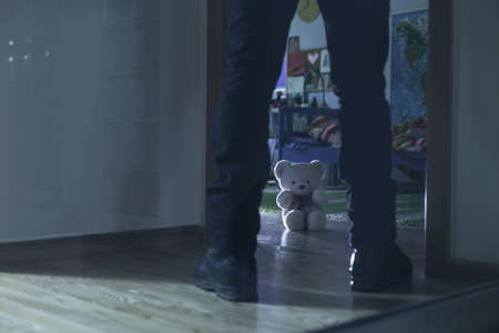 abuso sexual: Cuadro de pedofilia de pie en la entrada de la habitación infantil Foto de archivo