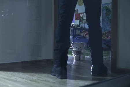 sexuel: Photo de pédophile debout à l'entrée de la chambre des enfants