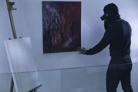 ladrón: Foto del arte ladr�n con la linterna bot�n examinar Foto de archivo