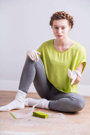 mujer triste: Foto de la mujer triste cansado de clening su casa