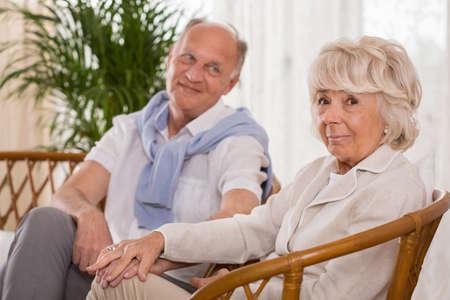 mujeres juntas: Hombre mayor que mira a su esposa con amor y ternura Foto de archivo