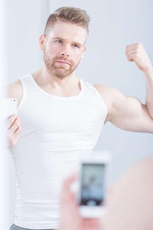 bel homme: Narcissique homme sportive prendre des photos de lui-m�me