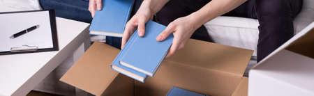 boite carton: Panorama de quelques emballage de leurs choses dans des boîtes en carton