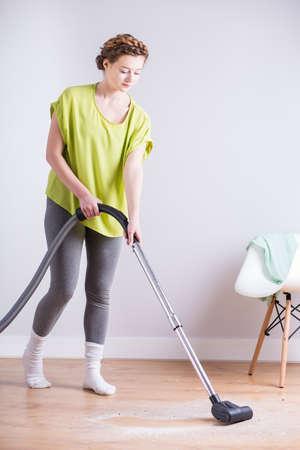 housekeeper: Foto de ama de casa con el aspirador durante las tareas del hogar