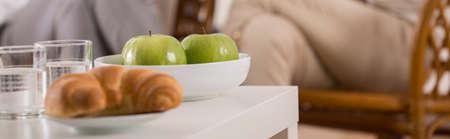 plato del buen comer: Manzanas deliciosas y croissant de comer para el almuerzo