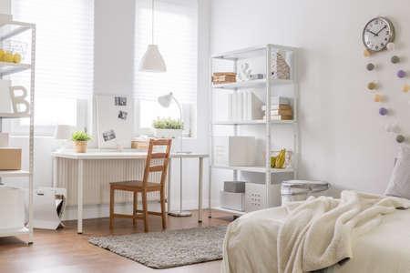 ビンテージ木製椅子と新しい部屋の写真 写真素材