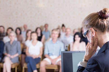 empezar: Altavoz público no sabe cómo empezar una presentación