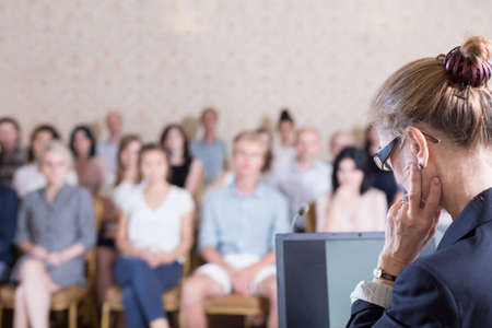 know how: Public speaker does not know how to begin a presentation