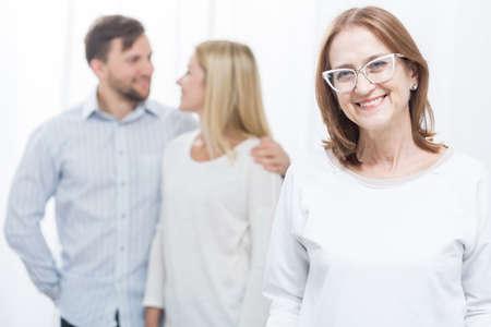 matrimonio feliz: Foto de la madre-en-ley sobre protectora y el matrimonio feliz