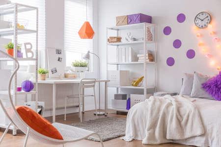 silla: Foto de cama c�moda y sill�n blanco