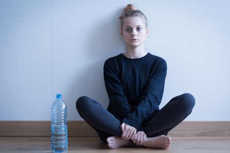 femme triste: Image de jeune fille anorexique ne boire que de l'eau