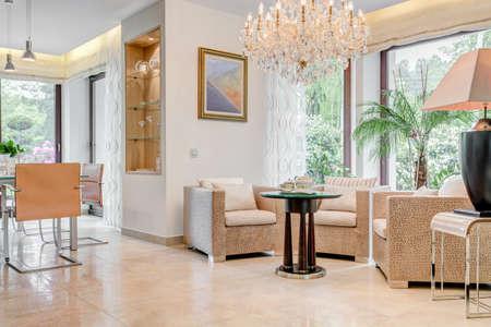 Zonnige woonkamer met kristallen kroonluchter