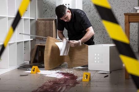 crime scene: El oficial de policía encontró documentos en la escena del crimen
