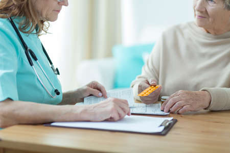 recetas medicas: Mujer medicamento médico la prescripción de la mujer mayor