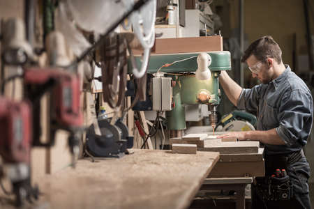 comercio: Imagen hábil carpintero utilizando las nuevas tecnologías en el trabajo