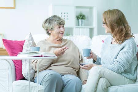 madre e hija: Madre e hija beber café en casa