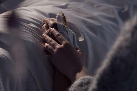 enfermo: Foto de la mujer apoyando madre moribunda de cáncer