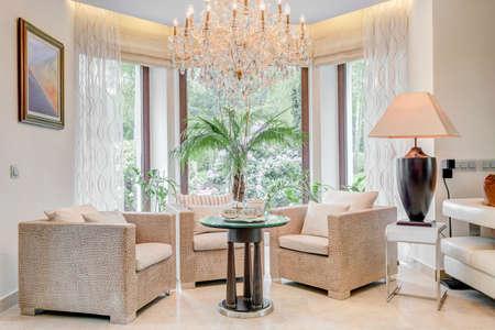 Sillones de lujo en la sala de estar con ventanal Foto de archivo - 48615797