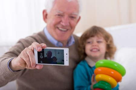 그의 손자와 함께 사진을하고 웃는 할아버지