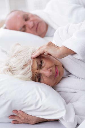 ancianos felices: Imagen de los ronquidos del marido y su mujer con dolor de cabeza Foto de archivo
