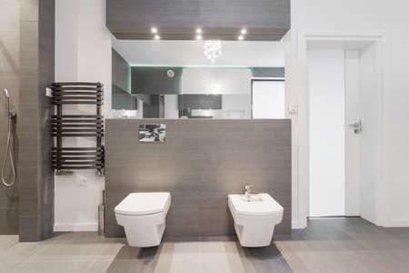 Costoso bagno lucido moderno in piastrelle di marmo Archivio Fotografico - 48725775