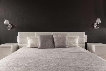 현대 마스터 침실의 세련된 우아한 침대 스톡 콘텐츠