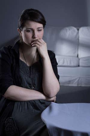 soledad: Mujer abandonada joven triste que se sienta en la soledad