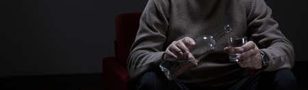 alcool: Homme bouteille d'alcool et de verre de maintien de la main