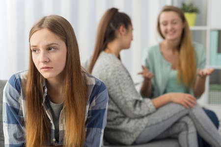 conflictos sociales: Imagen de adolescente preocupado excluir del grupo de chicas