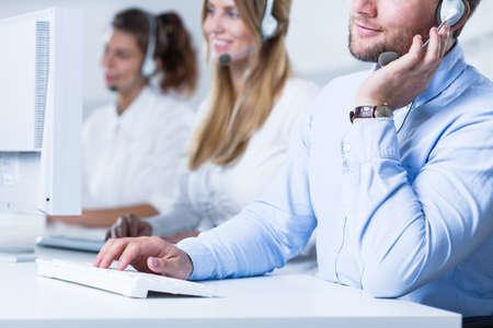 servicio al cliente: Televendedores jóvenes están trabajando muy duro en la oficina