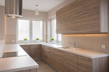 Bright wooden kitchen in beauty luxury house 版權商用圖片 - 48766087