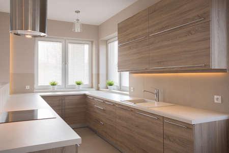 Heldere houten keuken in schoonheid luxehuis Stockfoto