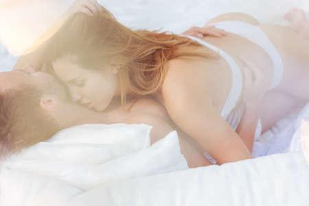sex: Pares de la belleza en abrazo apasionado en la cama