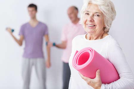 ancianos felices: Foto de feliz mujer de edad avanzada en el gimnasio después del entrenamiento Foto de archivo